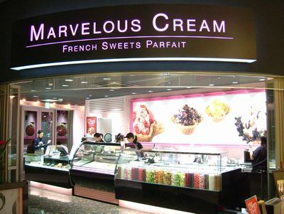群馬県内初の出店という「マーベラスクリーム」は、マイナス16度の大理石の上でアイスクリームをミックスするのが特徴。
