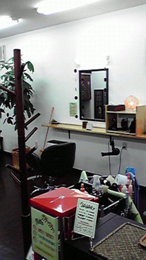 シンプルながらシックな店内は、アジアンテイストの雑貨が置かれ、激安カット店にありがちなチープさはなく、ふつうの(?)カットサロンそのもの